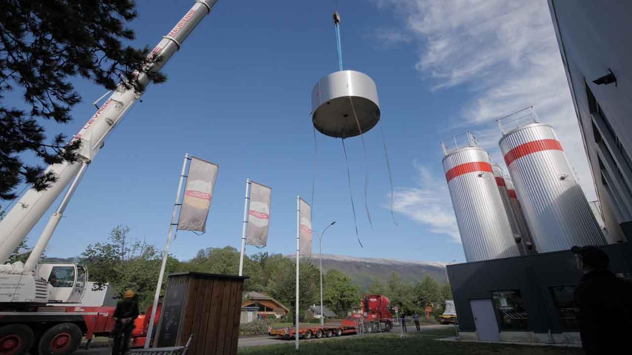 Timelapse installation d'une nouvelle cuve à la Brasserie du Mont-Blanc en Savoie